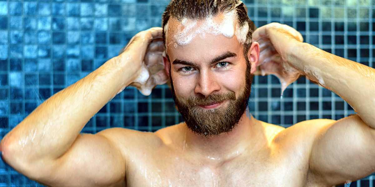Mann mit Bart am Shamponieren und spülen