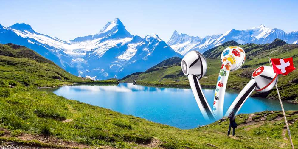 Schweizer Berglandschaft mit 3 Duschköpfen, die aus dem See ragen