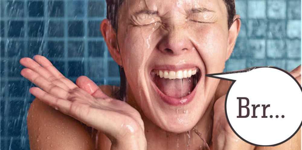 Frau in der Dusche, erschreckt durch Kaltwasser